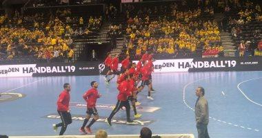 صور.. شاهد إحماء لاعبى منتخب اليد قبل مواجهة السويد بكأس العالم