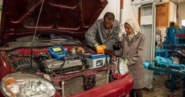 مفيش حاجة وقفتها.. دينا دعمت موهبتها فى تصليح السيارات بدراسة الميكانيكا