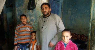 """صور.. مأساة """"فؤاد"""" من الشرقية لا يجد تكلفة علاجه وأسرته تنام بمنزل مهدد بالسقوط"""
