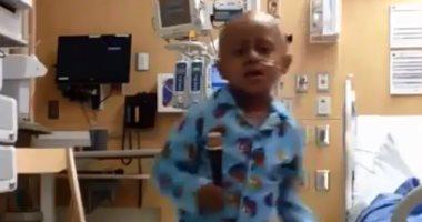 شاهد .. طفل يرقص فرحا فى اليوم الأخير لعلاجه من السرطان