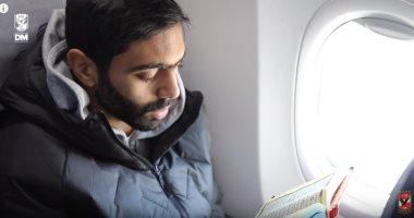 """شاهد.. القرآن ولعبة """"pubg"""" على متن طائرة الأهلي في رحلة الجزائر"""