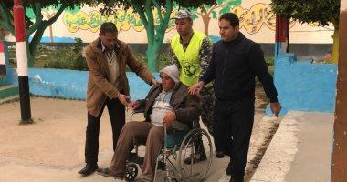 صور.. رجال الشرطة بشمال سيناء يسجلون مواقف إنسانية فى انتخابات الإعادة