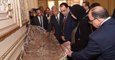 صور.. رئيس الوزراء يتفقد معرضا للمنتجات اليدوية لقرى المنوفية داخل مقر الحكومة
