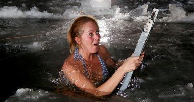 صور.. وسط المياه المجمدة الروس يحتفلون بعيد الغطاس