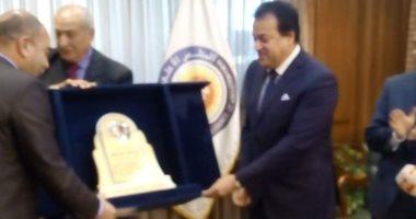 رئيس جامعة المنصورة يتسلم درعًا للفوز بالمركز الثالث فى مسابقة أفضل جامعة