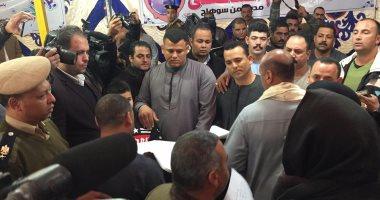 شاهد محافظ سوهاج ومدير الأمن يترأسان جلسة صلح عائلتين قبطيتين بحضور 5000 مواطن