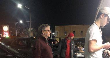 وقف كزبون عادى أمام مطعم برجر.. بيل جيتس يثير ضجة على مواقع التواصل الاجتماعى
