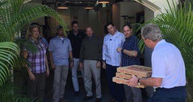 صور.. جورج بوش وزوجته عاملا توصيل بيتزا ..إيه الحكاية؟
