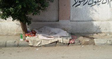 """""""إحنا معاك"""".. قارئ يشارك بصورة مشرد ينام أمام سور محطة مترو السيدة زينب"""
