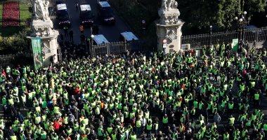 سائقو التاكسى يحتجون فى برشلونة ضد خدمات النقل أوبر بإسبانيا