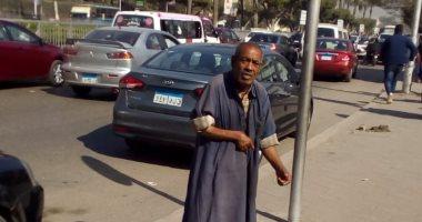 مسن بلا مأوى أمام جامعة عين شمس
