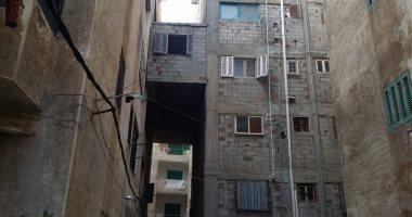 """صور.. """"الشقة المعلقة"""" آخر تقاليع البناء المخالف بالإسكندرية.. والحى يزيلها"""