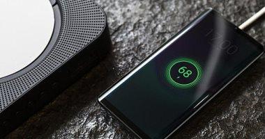 شركة صينية تكشف عن هاتف ذكي بدون أزرار ومنفذ للشحن وسماعات