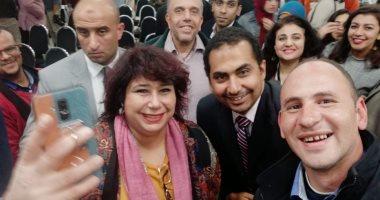 """""""عيوننا فى المعرض""""..قارئ يشارك بصورته مع وزيرة الثقافة بمعرض القاهرة للكتاب"""