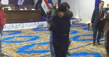 صور.. أحضان وقبلات السجناء المفرج عنهم وذويهم