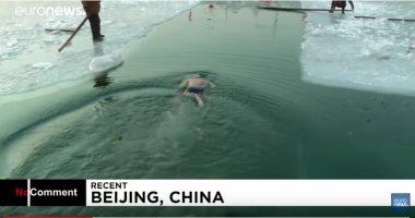 شاهد.. صينيون يسبحون فى بحيرة هوهاى المتجمدة للحفاظ على صحتهم