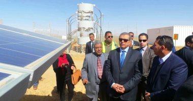 وزير القوى العاملة ومحافظ أسوان يتفقدان عمال مشروع الطاقة الشمسية ببنبان