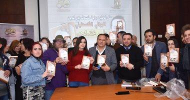 صور توقيع رواية خسوف بدر الدين للأسير الفلسطينى باسم خندقجى بمعرض الكتاب 201901300112321232.j