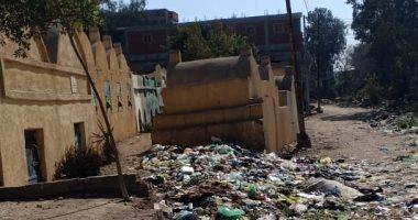 قارئ يشكو من انتشار أكوام القمامة بمدخل مقابر قرية أبشيش بالمنوفية