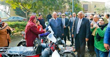 محافظ القاهرة يوزع دراجات بخارية على المعاقين بحديقة الأزهر