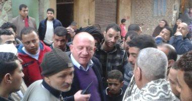 صور.. توزيع استمارات استبيان على أهالى الرزاز بمنشأة ناصر قبل نقلهم للأسمرات