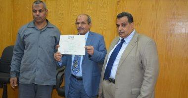 رئيس جامعة الفيوم يشهد توزيع شهادات أمان المصريين