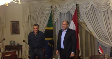 قيديو وصور .. مرتجي يُهدي سفير مصر بـتنزانيا درع وعلم الأهلي