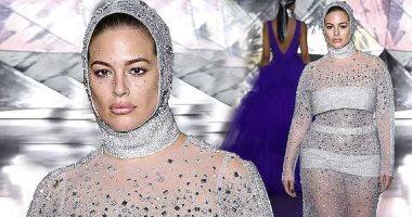 عارضة أزياء ترتدى غطاء رأس وفستان بأسبوع الموضة بنيويورك