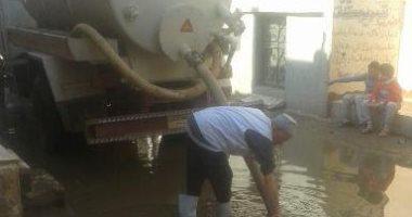 شفط مياه الصرف الصحى المتراكمة بشوارع قرية المحمودية بالشرقية