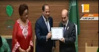 """السيسي يمنح مدير """"الفاو"""" شهادة تقدير خلال الجلسة الختامية للقمة الأفريقية"""