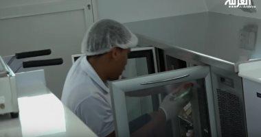 شاهد.. أول متجر عائم يقدم المنتجات لزبائن الشواطئ فى دبى