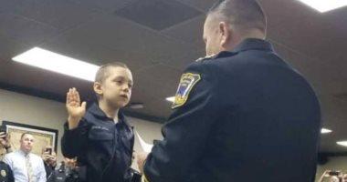 فيديو.. طفلة مصابة بالسرطان تصبح أصغر ضابطة شرطة بالعالم