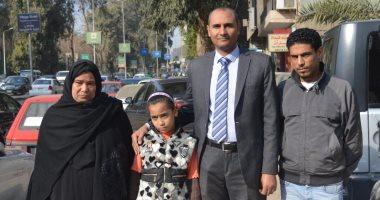 """ابنة ووالدة """"شهيد الشهامة"""" يتسلمان تبرعات المصريين بالخارج"""