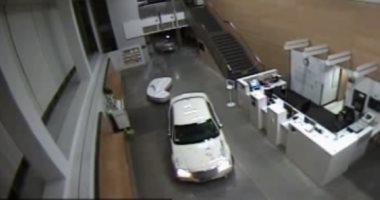 فيديو.. سيدة تقتحم مركز شرطة بسيارتها فى لوس أنجلوس والشرطة تبحث عن الدوافع
