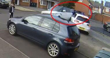 الجار الرزق.. رجل يتصدى لسرقة سيارة بطريقة شجاعة ..شاهد ماذا فعل.. فيديو