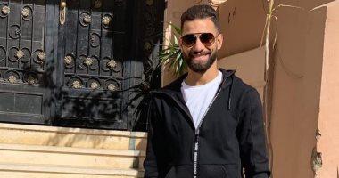 شاهد ..عمرو السولية بإطلالة النظارة والسيارة