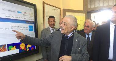 وزير التربية والتعليم أثناء شرحة درس لغة عربية للطالبات