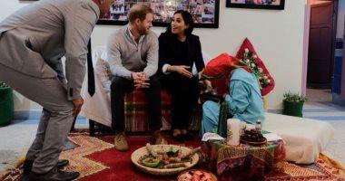 شاهد.. فتاة مغربية ترسم الحنّاء على يدى ميجان ماركل.. فيديو وصور