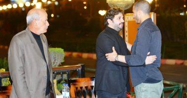 عمرو سعد وأمير كرارة ورمضان صبحى يقدمون واجب العزاء فى والدة مصطفى خاطر