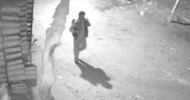 صور.. كاميرات المراقبة ترصد المتهم بسرقة سيارة من قرية بأطفيح