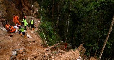 انهيار منجم ذهب فى إندونيسيا و استمرار استخراج جثث الضحايا من داخله