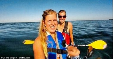 فلوسها حلال.. فتاة تعثر على كاميراتها بعد سقوطها فى البحر قبل 3 سنوات