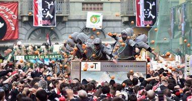 معركة البرتقال.. كرنفال شمال إيطاليا يشهد تقاذف المواطنين بالثمار