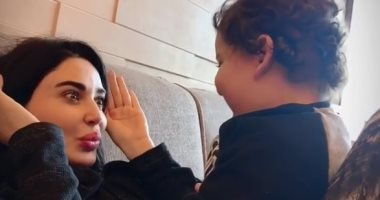 """""""بدو ينام ويلعب"""".. لحظات الأمومة لسيرين عبد النور مع ابنها كريستيانو.. فيديو"""