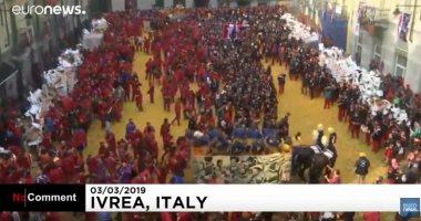 """شاهد..  """"حرب البرتقال"""" فى كرنفال بلدة إيفريا الإيطالية"""