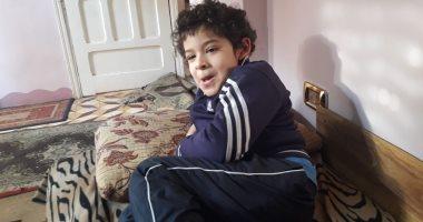 صور.. مأساة طفل مريض التوحد بالبحيرة.. تكاليف علاجه تتعدى 1000جنيه شهريا