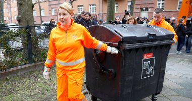 وزيرة الأسرة بألمانيا تجمع القمامة من المنازل احتفالا باليوم العالمى للمرأة