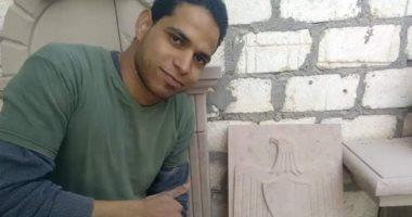"""الإصرار نهايته نجاح..""""حمزة"""" استغل هوايته ونحت تماثيل فرعونية صدرها للخارج"""