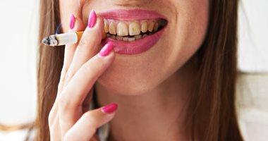 لو بتدخن.. اعرف كيف تتخلص من بقع التبغ من الأسنان