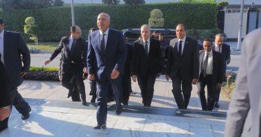 فيديو.. وزير النقل يبدأ جولة بمحطة مصر لمتابعة انتظام حركة القطارات